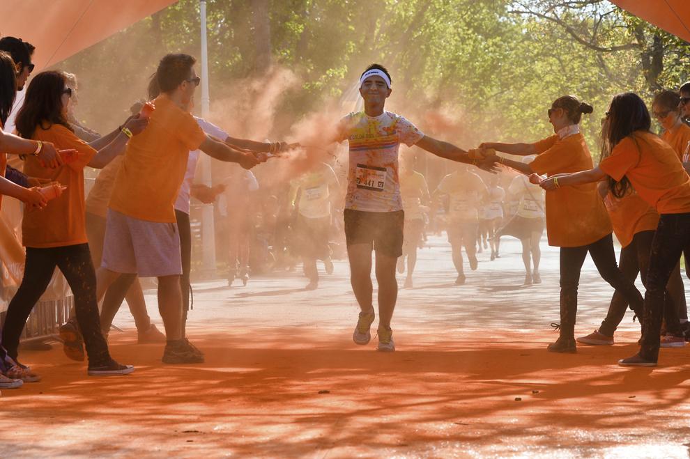 """Un bărbat aleargă în timpul maratonului 5K """"Color Run"""", în parcul Tineretului din Bucureşti, sâmbătă, 26 aprilie 2014."""