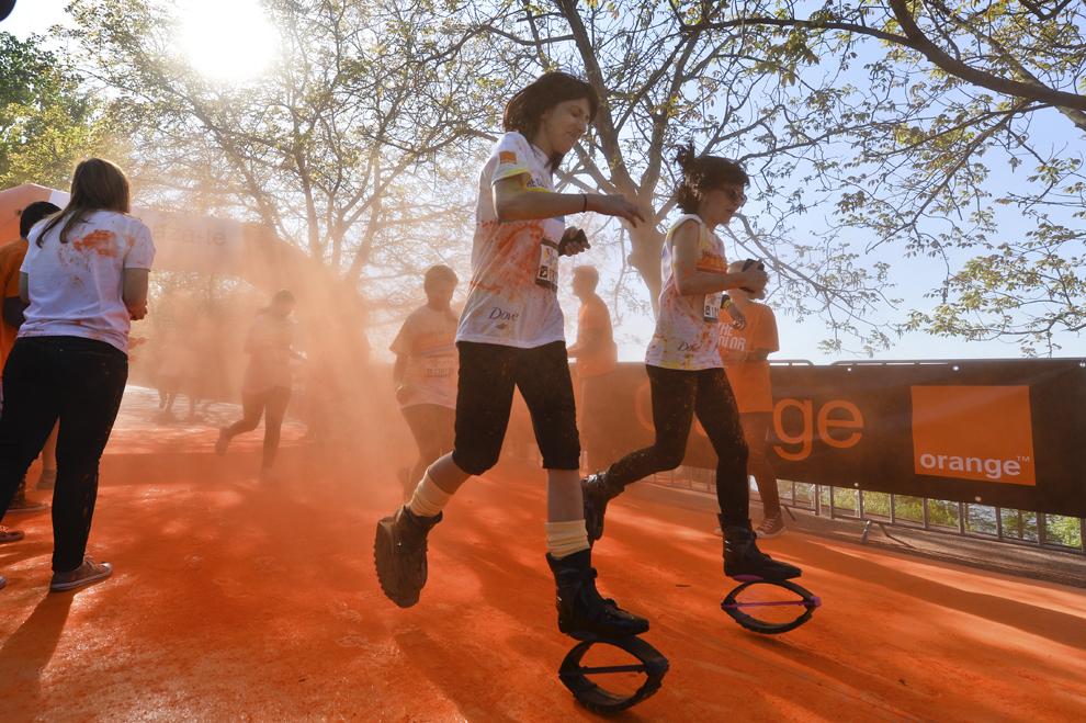 """Persoane aleargă în timpul maratonului 5K """"Color Run"""", în parcul Tineretului din Bucureşti, sâmbătă, 26 aprilie 2014."""