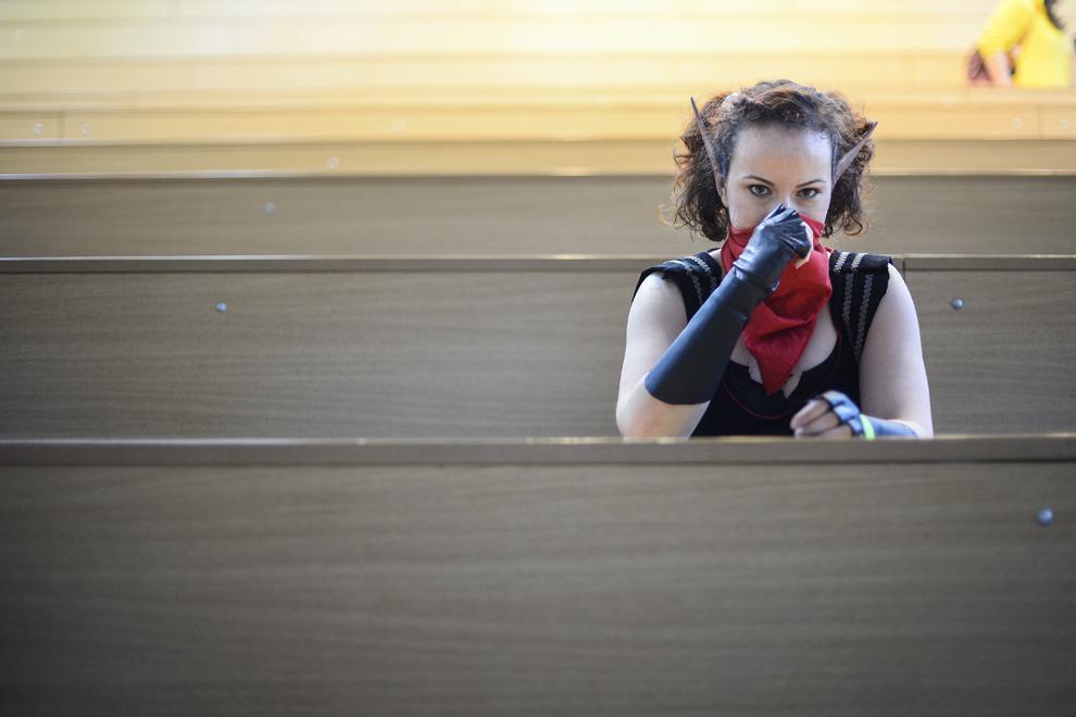 O femeie îşi ascunde faţa folosindu-se de o partea a costumului de cosplay, la finalul unui atelier susţinut de cosplayer-ul japonez Reika, organizat în cadrul festivalului Otaku, în Bucureşti, duminică, 4 mai 2014.