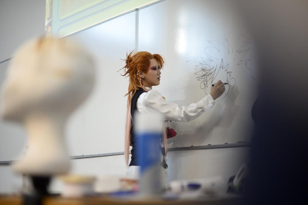 Reika, cosplayer din Japonia, demonstrează cum se realizează peruci stilizate după aspectul unui personaj de anime, în timpul unui atelier susţinut de aceasta la festivalul Otaku, în Bucureşti, duminică, 4 mai 2014.
