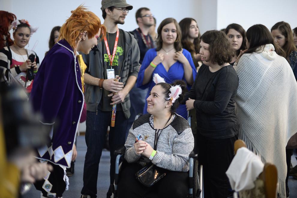 O tânară aflată în fotoliu rulant multumeşte unui cosplayer după ce aceasta i-a acordat un autograf şi s-au fotografiat  împreună, în timpul festivalului Otaku, în Bucureşti, duminică, 4 mai 2014.