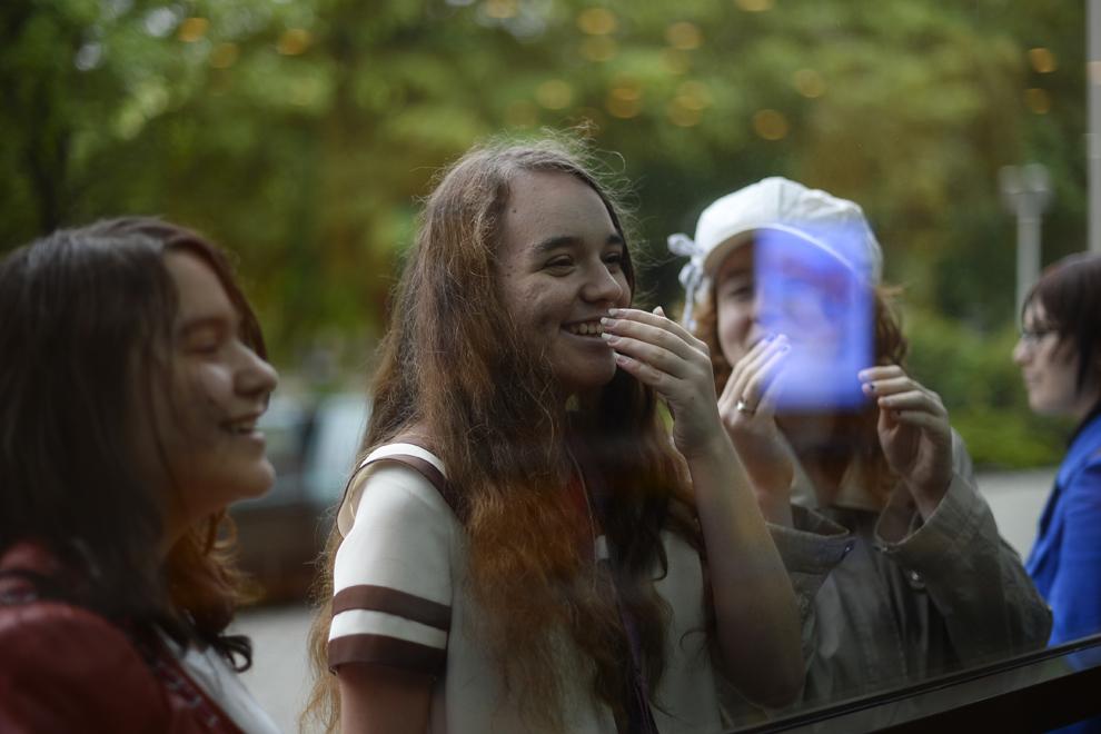 Două tinere reacţionează la vederea unui cosplayer în timpul festivalului Otaku, organizat în Bucureşti, duminică, 4 mai 2014.