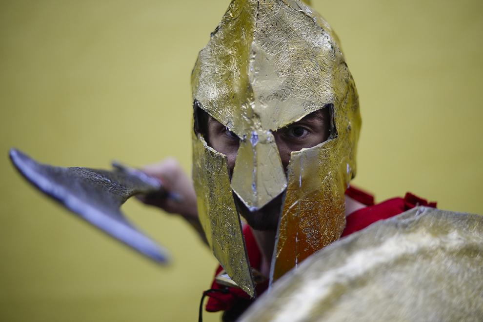 Tudorancea Mihai, 20 de ani, student la Politehnică, costumat în regele spartan Leonidas, pozează înainte de a urca pe scena principală a Convenţiei East European Comic Con (EECC), în Bucureşti, sambătă, 10 mai 2014.