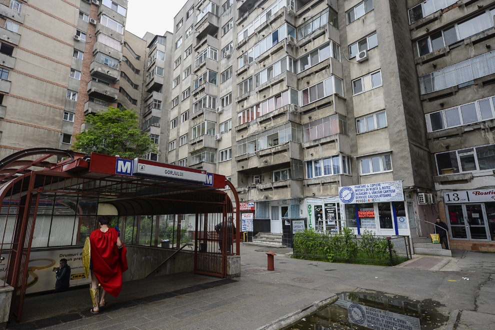 Tudorancea Mihai, 20 de ani, student la Politehnică, intră la metrou în drumul spre Convenţia East European Comic Con (EECC), în Bucureşti, sambătă, 10 mai 2014.