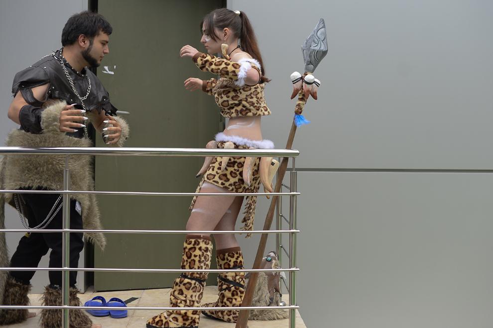 Ştefana Sora si Alexandru Ilie, costumaţi în Nidalee si Rengar din jocul League of Legends, repetă o scenetă înainte de a urca pe scena festivalului Otaku, organizat în Bucureşti, duminică, 4 mai 2014.