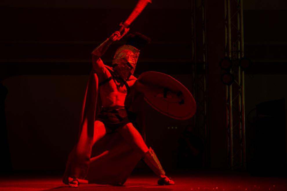 Tudorancea Mihai, 20 de ani, student la Politehnică, costumat în regele spartan Leonidas, îşi prezintă sceneta pe scena principală a Convenţiei East European Comic Con (EECC), în Bucureşti, sambătă, 10 mai 2014.