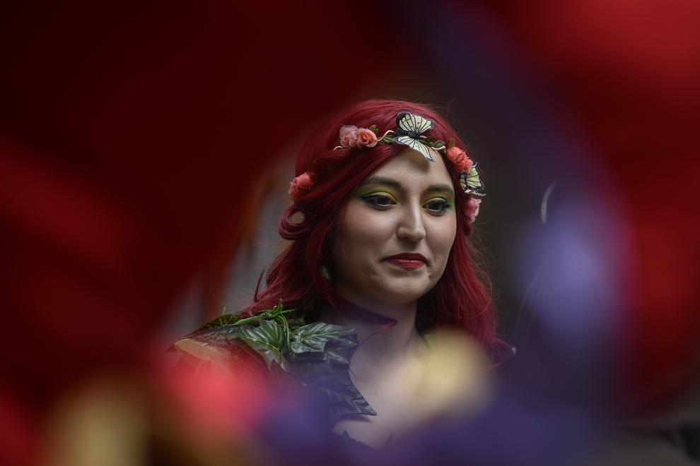 Paula Vicol, cosplayer, aşteaptă alături de alţi cosplayeri să fie filmată pentru un videoclip dedicat comunităţii cosplay din Romania, în parcul Tineretului din Bucuresti, duminică, 27 aprilie 2014.