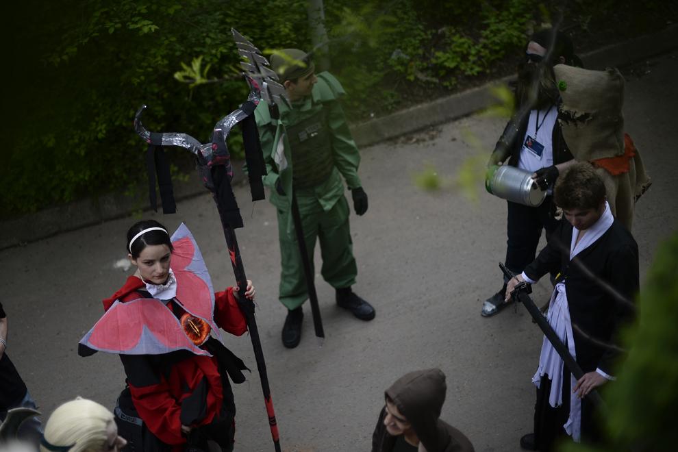 Mai multi cosplayeri aşteaptă să filmeze pentru un videoclip dedicat comunităţii cosplay din Romania, în parcul Tineretului din Bucuresti, duminică, 27 aprilie 2014.