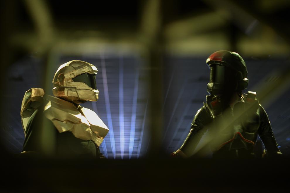 Alexandru Ilie  si Ştefana, costumaţi în armuri ale personajelor din jocul Halo, privesc unul către celălalt pe scena principală a Convenţiei East European Comic Con (EECC), în Bucureşti, duminică, 11 mai 2014.