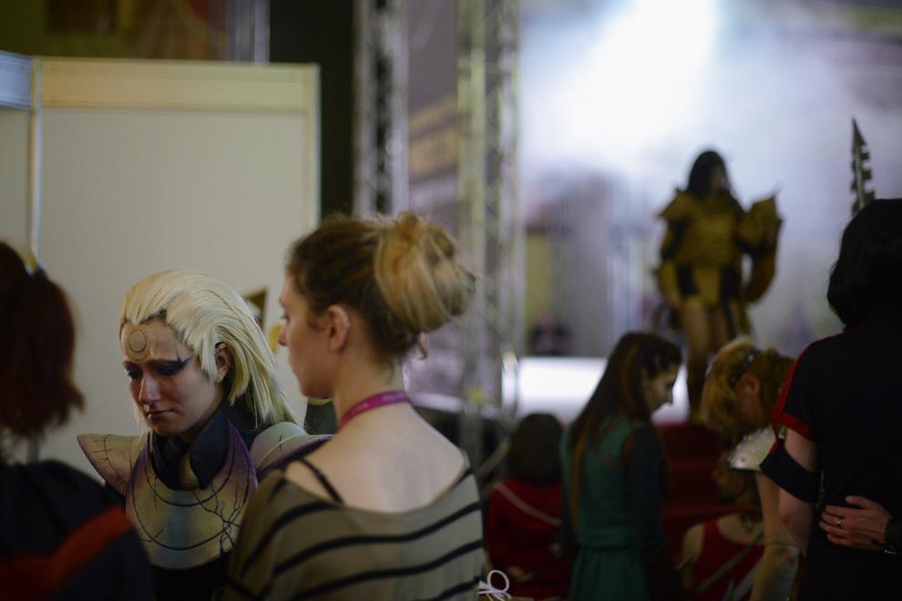 Streche Diana, costumată în personajul Diana din League of Legends, este consolată de alţi cosplayeri în timpul Convenţiei East European Comic Con (EECC), în Bucureşti, sambătă, 10 mai 2014.