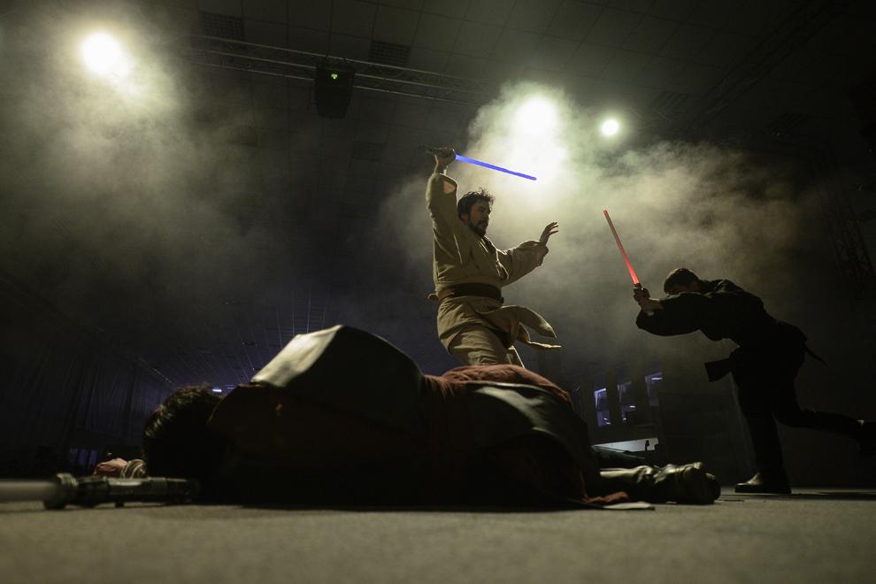 Trei cosplayeri din Ungaria prezintă o scenetă inspirată din filmul Razboiul Stelelor, pe scena principală a Convenţiei East European Comic Con (EECC), în Bucureşti, sambătă, 10 mai 2014.