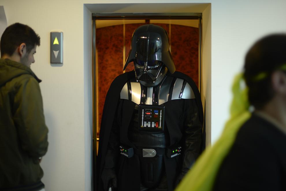 Kenneth Huegel, cosplayer american stabilit în Romania se plimbă costumat în personajul Darth Vader din seria de filme Razboiul Stelelor, pe holul Universităţii Româno-Americane, în timpul festivalului Otaku, organizat în Bucureşti, duminică, 4 mai 2014.