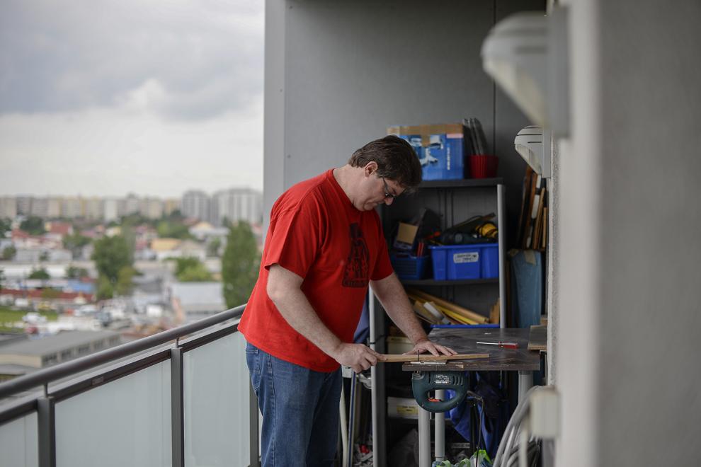 Kenneth Huegel, cosplayer american stabilit în Romania, repară o parte a costumului său de Ghost Buster (Vanator de Fantome), în apartamentul său din Bucureşti, marţi, 6 mai 2014.