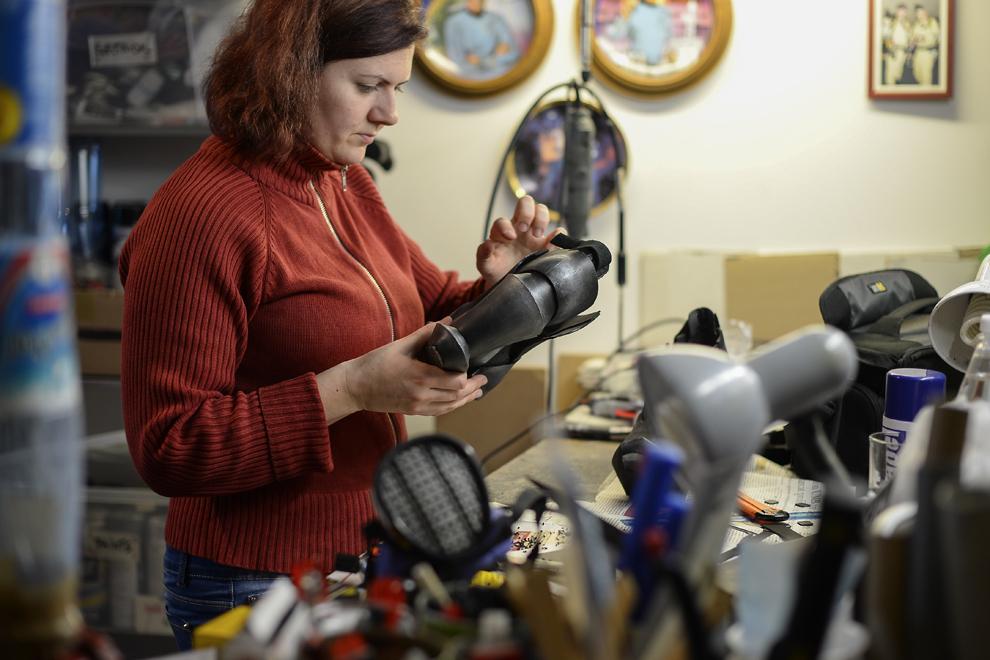 Livia Viziteu, 32 ani, din Cluj, repară o pereche de pantofi modificaţi pentru costumul personajului Vi din jocul League of Legends, în apartamentul cosplayer-ului Kenneth Huegel, în Bucureşti, marţi, 6 mai 2014.