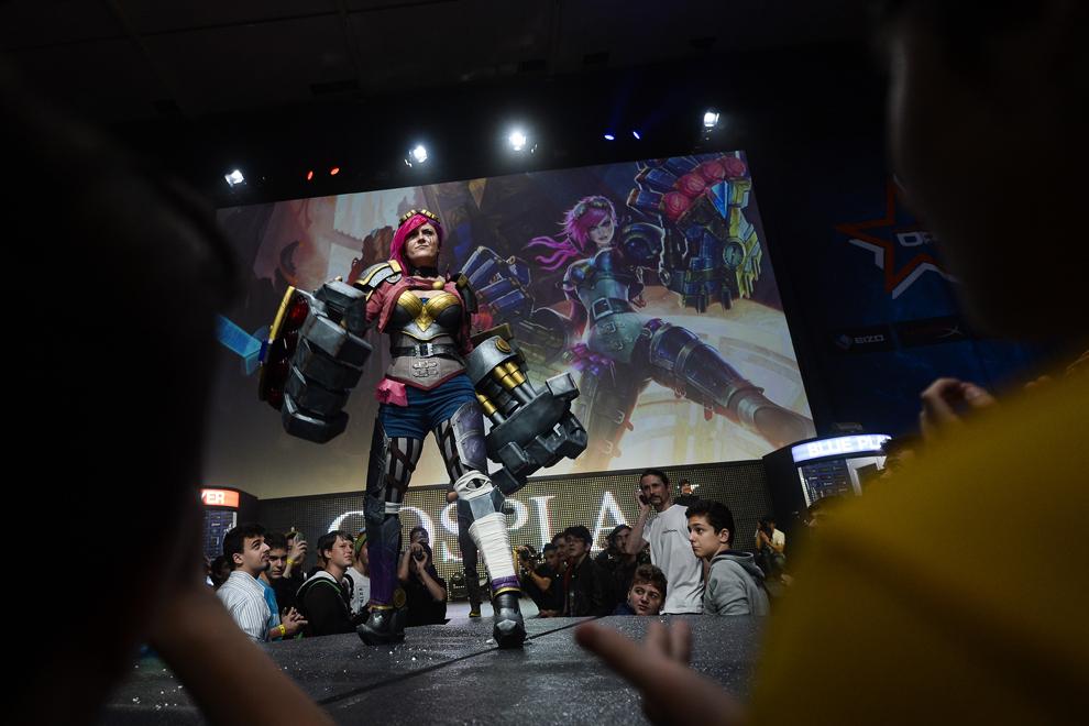 Livia Viziteu îşi prezintă personajului Vi din jocul League of Legends, în timpul concursului dedicat cosplayerilor din cadrul DreamHack 2014, în Bucureşti, duminică, 27 aprilie 2014.