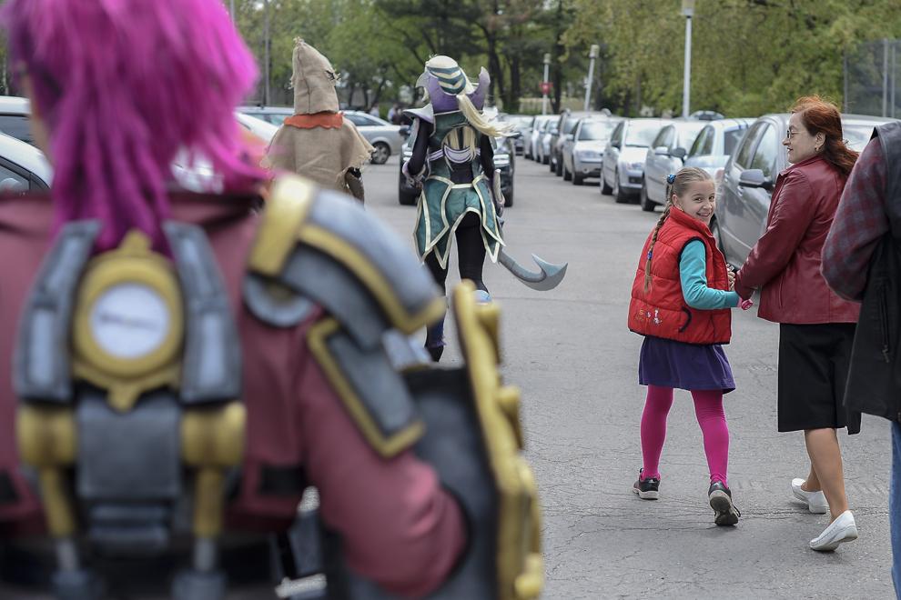 O fetiţă admiră costumele mai multor cosplayeri în parcul Tineretului din Bucureşti, duminică, 27 aprilie 2014.