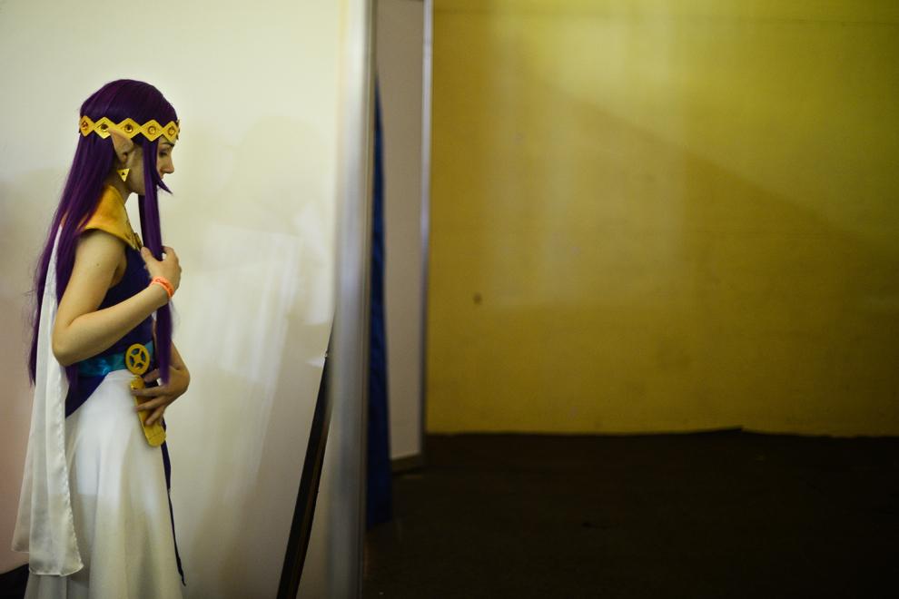Cristina Şerban, din Iaşi, costumată în Prinţesa Hilda din jocul Legend of Zelda, se pregăteşte să urce pe scena principală a Convenţiei East European Comic Con (EECC), în Bucureşti, sambătă, 10 mai 2014.