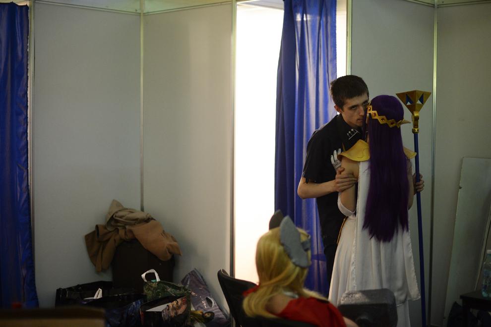 Cristina Şerban, din Iaşi, costumată în Prinţesa Hilda din jocul Legend of Zelda, este ţinută in braţe de prietenul ei, în timpul Convenţiei East European Comic Con (EECC), în Bucureşti, duminică, 11 mai 2014.
