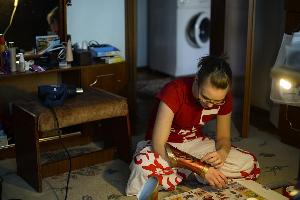 Miruna Petraru, elevă, 17 ani, îşi construieşte costumul în care o va personifica pe eroina Leona din jocul League of Legends, în Bucureşti, joi, 23 aprilie 2014.