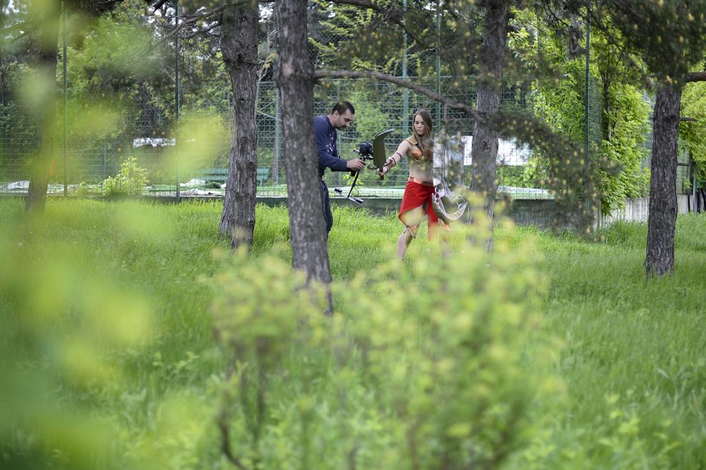 Miruna Petraru, elevă, 17 ani, este filmată pentru un videoclip dedicat comunităţii cosplay din Romania, în parcul Tineretului din Bucuresti, duminică, 27 aprilie 2014.