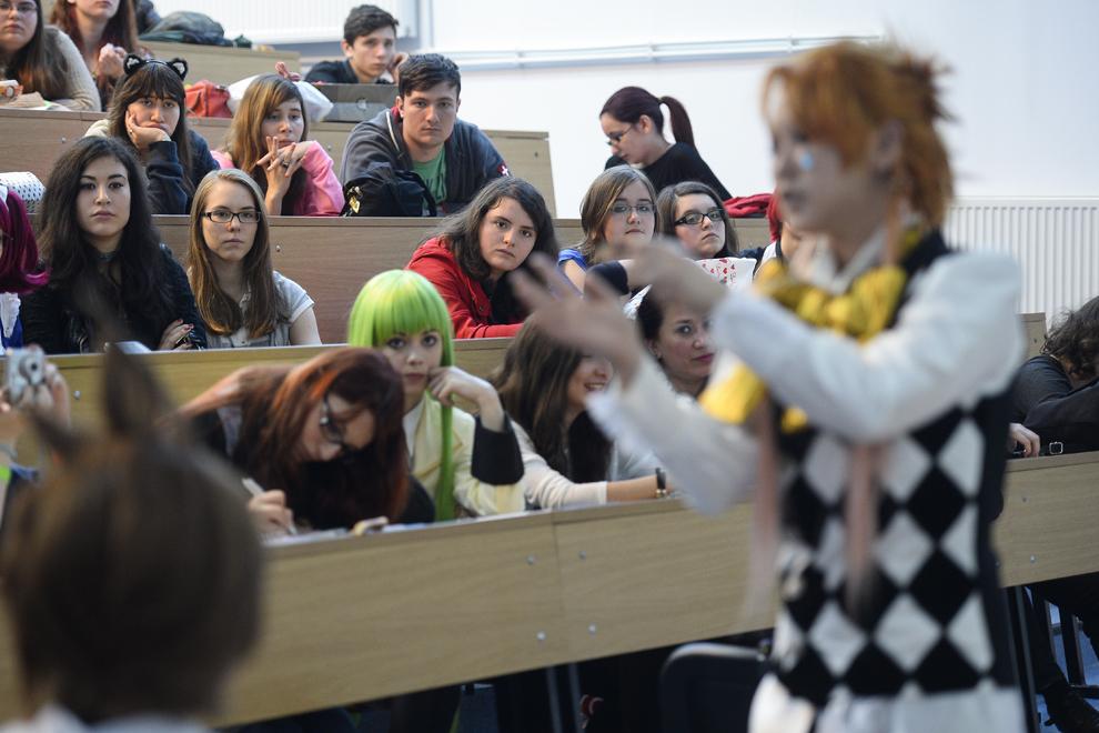 Miruna Petraru, elevă, 17 ani, ascultă indicaţiile cosplayer-ului japonez Reika despre realizarea perucilor, în timpul unui atelier organizat în cadrul festivalului Otaku, în Bucureşti, duminică, 4 mai 2014.