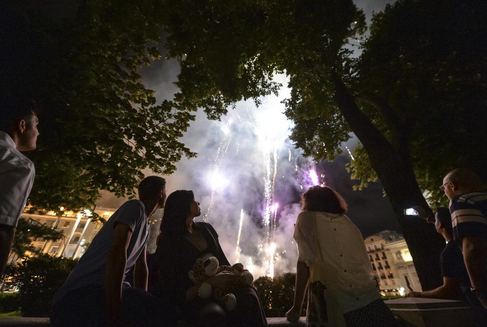 Persoane urmăresc un foc de artificii la finalul primei zile a B-FIT in the Street! - Festivalul Internaţional de Teatru de Stradă Bucureşti, în Piaţa George Enescu, joi, 29 mai 2014.
