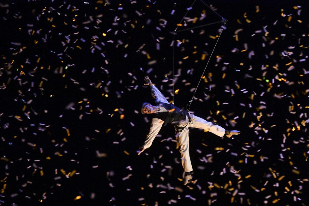 """Artişti din compania Deus Ex Machina evoluează în spectacolul """"Galileo"""", în prima zi a B-FIT in the Street! - Festivalul Internaţional de Teatru de Stradă Bucureşti, în Piaţa Universităţii, joi, 29 mai 2014."""