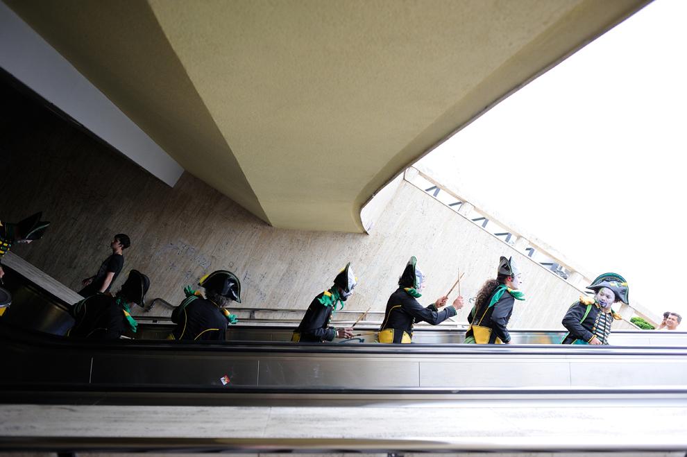 """Artişti evoluează în spectacolul """"Camaleons Drums Team"""" al companiei Compagnie Cameleon, în prima zi a B-FIT in the Street! - Festivalul Internaţional de Teatru de Stradă Bucureşti, în Piaţa Universităţii, joi, 29 mai 2014."""