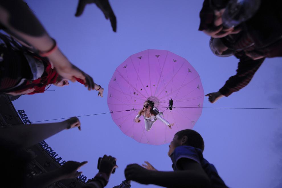 """O femeie evoluează în cadrul spectacolului """"Heliosphere"""" a trupei de teatru """"The Dream Engine Internaţional"""", desfăşurat în timpul Festivalului Internaţional de Teatru de Stradă """"B-FIT in the Street"""", în Bucureşti, joi, 29 mai 2014."""
