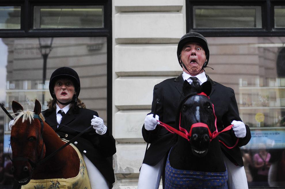 """Actori ai trupei de teatru """"Les Gouludrus"""" evoluează în cadrul spectacolului """"Horsemen"""", desfăşurat în timpul Festivalului Internaţional de Teatru de Stradă """"B-FIT in the Street"""", în Bucureşti, joi, 29 mai 2014."""