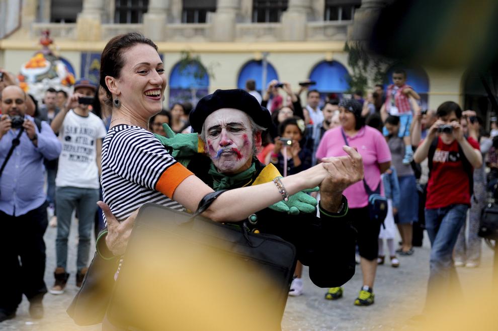 """Actori ai trupei de teatru """"Compagnie Cameleon"""" evoluează în cadrul spectacolului """"Camaleons Drums team"""", desfăşurat în timpul Festivalului Internaţional de Teatru de Stradă """"B-FIT in the Street"""", în Bucureşti, joi, 29 mai 2014."""