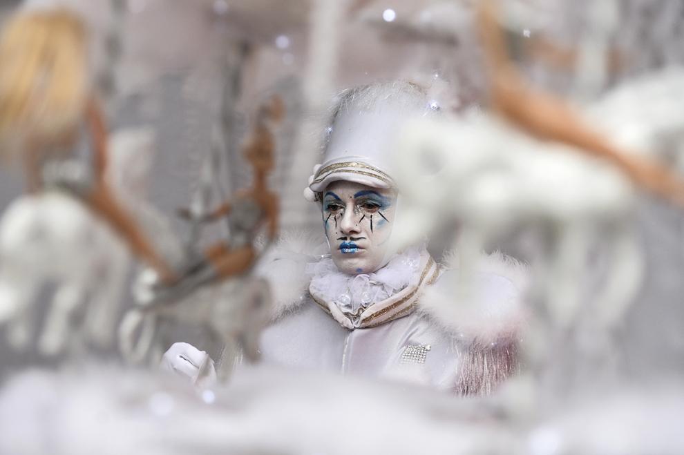 """Un artist din compania Mademoiselle Paillette din Franţa se pregăteşte înainte de începerea spectacolului """"The Toys"""", în prima zi a B-FIT in the Street! - Festivalul Internaţional de Teatru de Stradă Bucureşti, în Piaţa Universităţii, joi, 29 mai 2014."""
