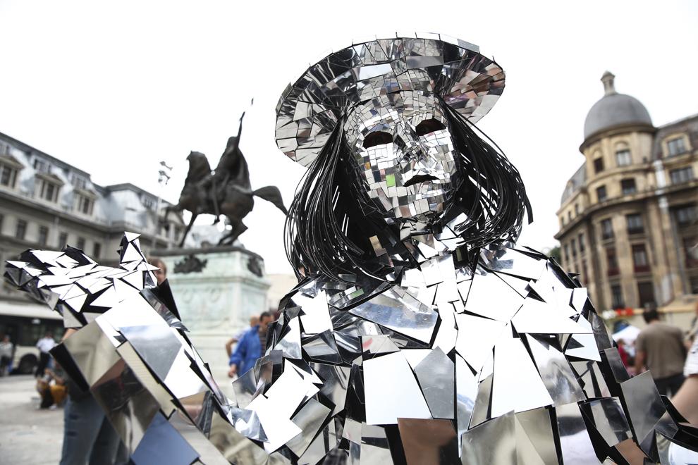 """Un membru al companiei Top Event Shows evoluează în timpul spectacolului """"Mirror Family"""", desfăşurat în timpul Festivalului Internaţional de Teatru de Stradă """"B-FIT in the Street"""", în Bucureşti, joi, 29 mai 2014."""