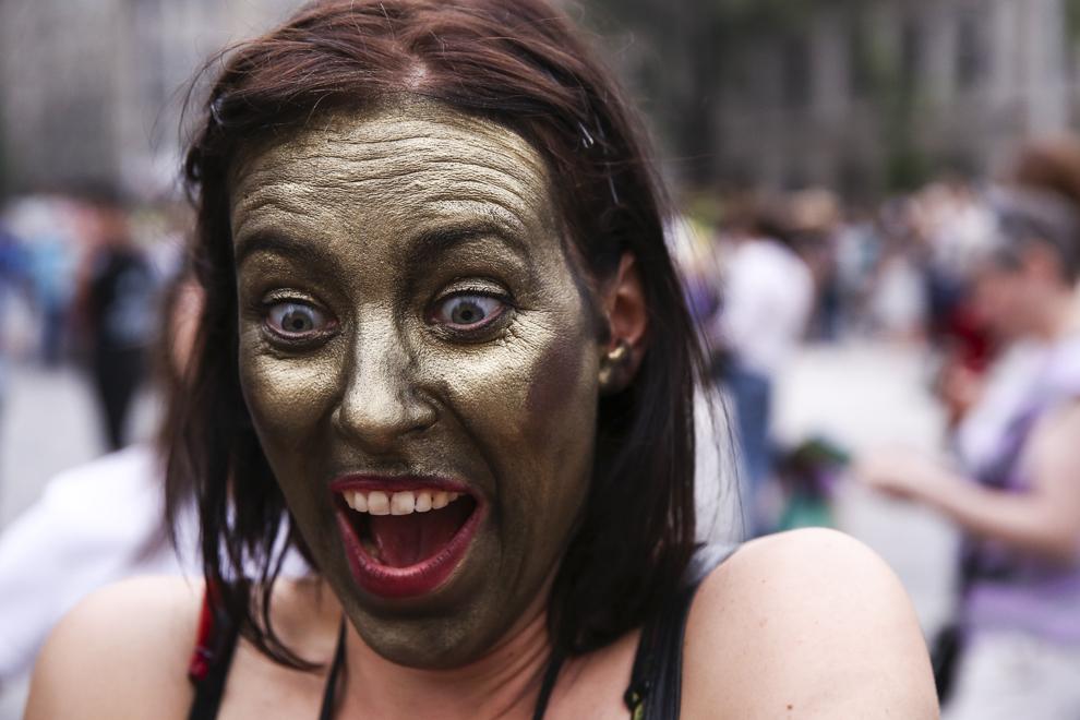 """O artistă reacţionează în timpul Festivalului Internaţional de Teatru de Stradă """"B-FIT in the Street"""", în Bucureşti, joi, 29 mai 2014."""