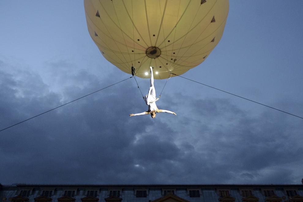 """O artistă din compania The Dream Engine Internaţional evoluează în spectacolul """"Heliosphere"""", în prima zi a B-FIT in the Street! - Festivalul Internaţional de Teatru de Stradă Bucureşti, în Piaţa Universităţii, joi, 29 mai 2014."""
