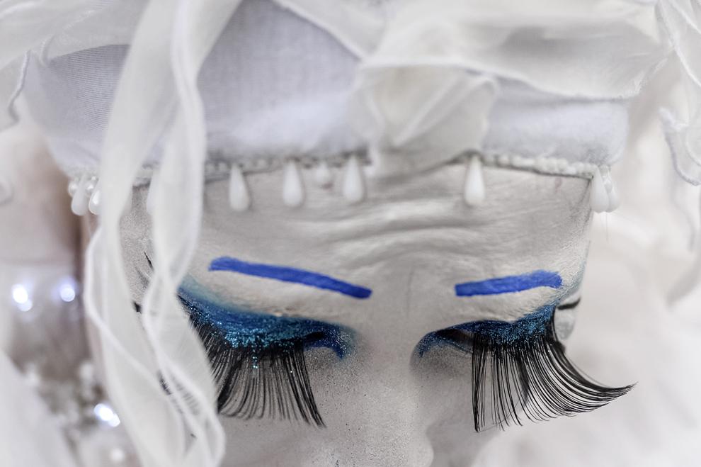 """O artistă din compania Mademoiselle Paillette din Franţa se pregăteşte înainte de începerea spectacolului """"The Toys"""", în prima zi a B-FIT în the Street! - Festivalul Internaţional de Teatru de Stradă Bucureşti, in Piaţa Universităţii, joi, 29 mai 2014."""