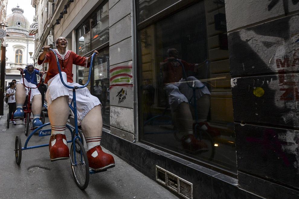 """Un artist din compania Street Arts Fandunito din Spania, reacţionează în timpul spectacolului """"Giant Family"""", în prima zi a B-FIT in the Street! - Festivalul Internaţional de Teatru de Stradă Bucureşti, în Piaţa Universităţii, joi, 29 mai 2014."""