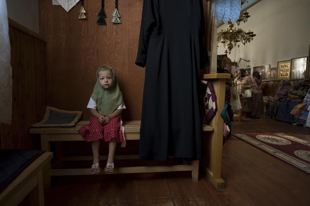 """Alexandra, 5 ani, asistă la slujba din Sâmbăta Morţilor, din biserică """"Sfântul Nicolae"""". Conform tradiţiilor creştin otodoxe, femeile măritate nu au voie în amvon."""