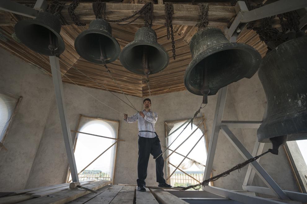 """Simion, clopotarul bisericii """"Sfânta Treime"""", anunţa enoriaşii că sunt aşteptaţi la slujba de Rusalii."""