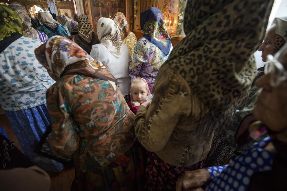 """Iulia, 4 ani, asista la slujba de dumincă dimineaţa din Biserica """"Sfântul Nicolae""""."""