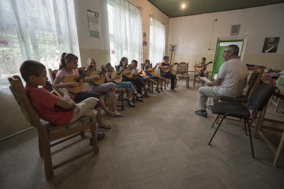 Feodor Leonte, profesor de muzică, face ultimele repetiţii împreună cu elevii săi, care cânta la mandolină, înainte de sărbătoarea de Rusalii.
