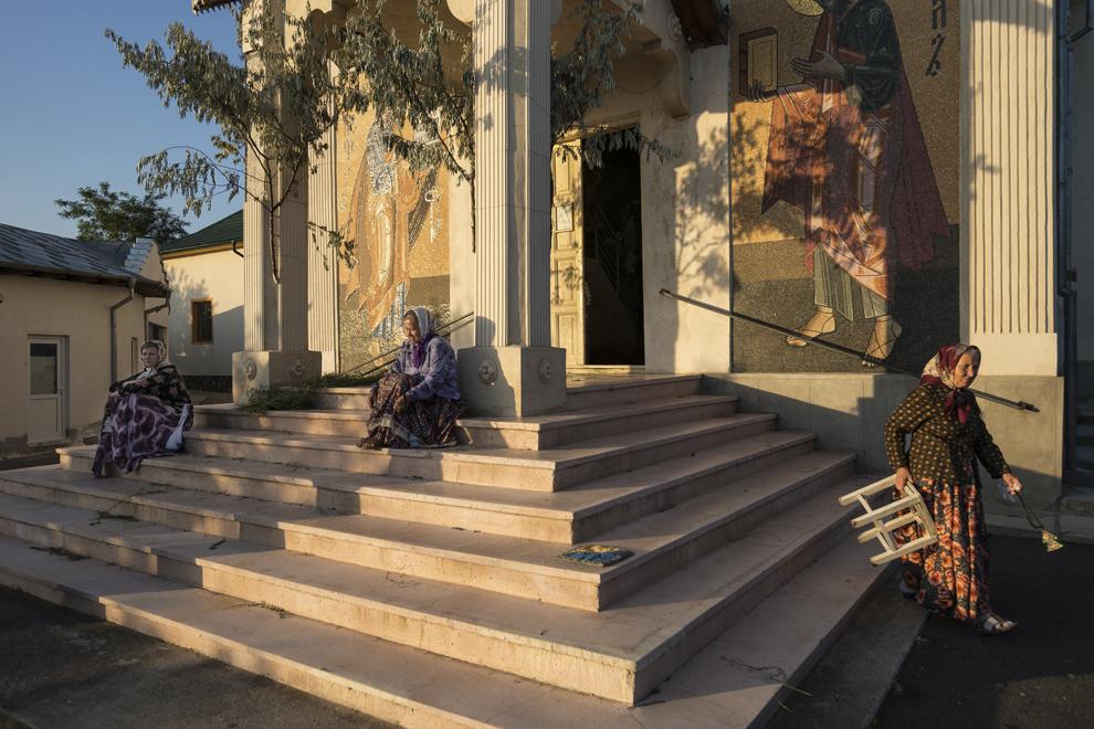 """Mai multe femei ies la aer în timpul slujbei de Rusalii, ţinută în biserica """"Sfântă Treime"""". Mătăniile din mâna femeii din dreapta se numesc """"lestvichi""""."""