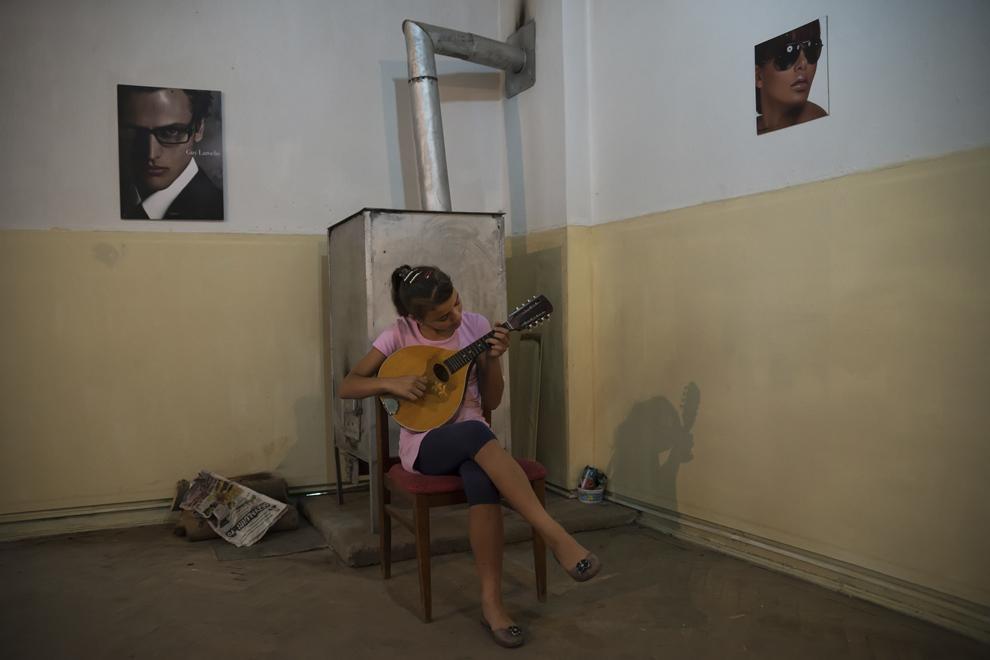 Alina cânta la mandolină în clasa profesorului Feodor Leonte, cu o zi înainte de slujbă de Rusalii.