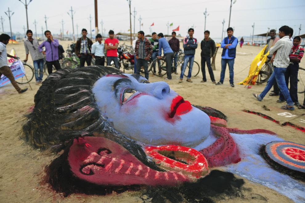 O sculptură de nisip înfăţişându-l pe zeul Hindu, Lord Shiva, poate fi văzută în ajunul festivalului Maha Shivaratri în Sangram, Allahabad, India, miercuri, 26 februarie 2014.