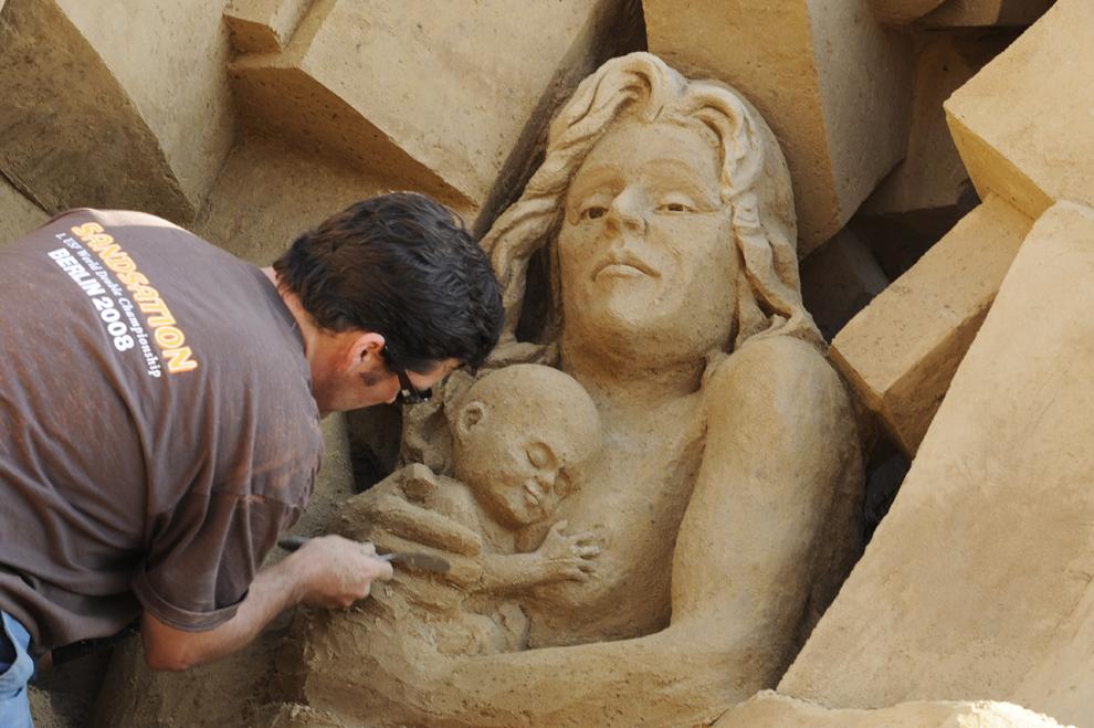 """Rusty Croft  lucrează la o sculptură în nisip intitulată """"Give Me Shelter"""", în timpul festivalului sculpturilor de nisip """"Sandsation 2008"""" în Berlin, Germania, marţi, 10 iunie 2008."""