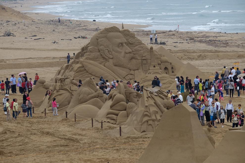 Vizitatori admiră sculpturi de nisip, în timpul Festivalului Sculpturilor de Nisip, în Fulong, Taipei, sâmbătă, 3 mai 2014.