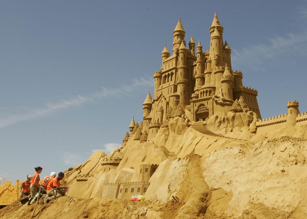 """Persoane construiesc o sculptură în nisip inspirată din basme, în timpul festivalului anual """"Sea Sculpture Festival"""", în Middelkerke, Belgia, sâmbătă, 28 iunie 2008."""
