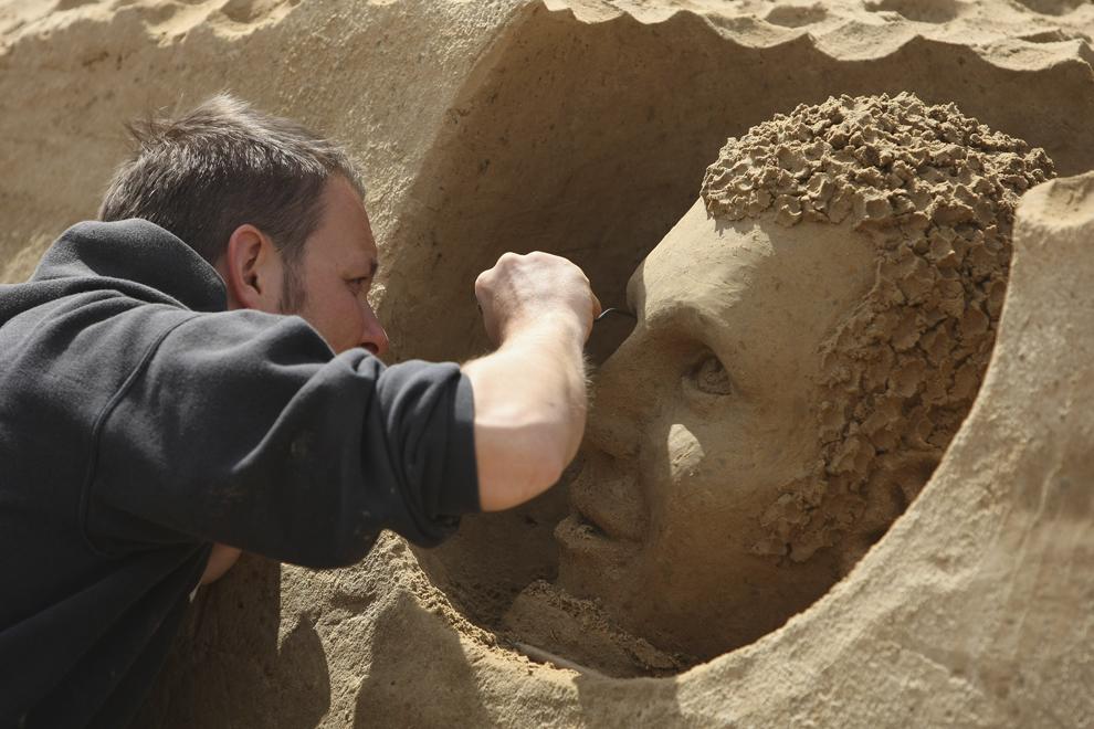 """Gianni Schiumarini lucrează la o sculptură în nisip, în timpul celei de-a şaptea ediţii a festivalului internaţional """" Sandsation"""", în Berlin, Germania, luni, 8 iunie 2009."""
