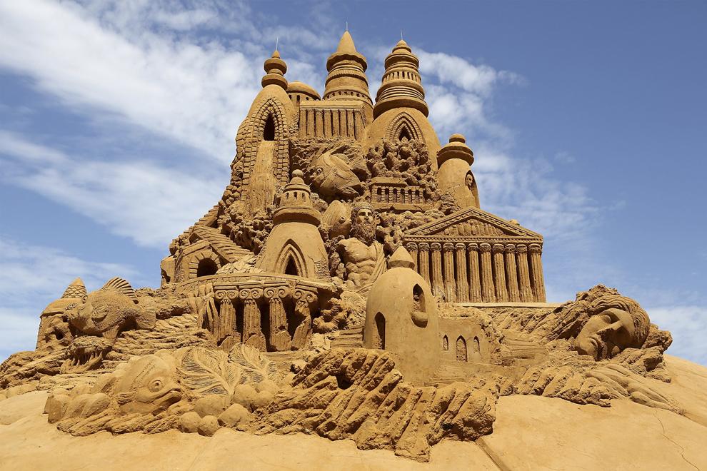 """O sculptură în nisip intitulată """"Atlantis"""" creată  de Sandis Kondis şi Sue McGrew poate fi vazuta în timpul expoziţiei """" Under the Sea sand sculpture"""", în Melbourne, Australia, sâmbătă, 5 ianuarie 2013."""