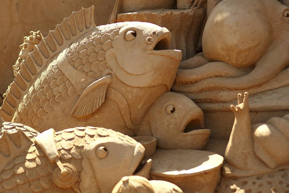 """O sculptură în nisip intitulată """"Reef Builders"""" creată  de Kevin Crawford  şi Jim McCauley poate fi vazută în timpul expoziţiei """"Under the Sea sand sculpture"""", în Melbourne, Australia, sâmbătă, 5 ianuarie 2013."""